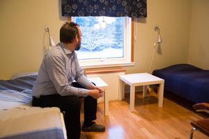 Enkel hotellstandard, med egen toalett och dusch på rummet. Patrik Svensson blickar ut från ett av dubbelrummen på  entrévåningen.