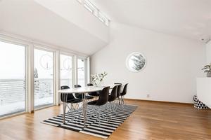 Vardagsrum med högt i tak. Bild: Fastighetsbyrån