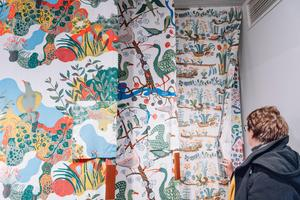 Inspiration till mönster hämtas ofta från naturen. Anakreon, med vinrankor, vatten och fåglar, har sitt ursprung i en 3 500 år gammal fresk från Kreta i Grekland.Foto: Stina Stjernkvist / TT