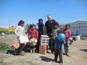 Mattias delar ut mat till en familj tio mil från syriska gränsen. Bild: privat
