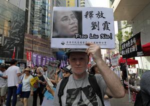 En demonstrant i Hong Kong i början av juli 2018, höjer en skylt med krav på att Liu Xia frisläpps. Foto: Vincent Yu