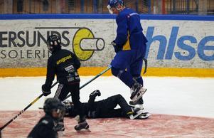 En av knattarna har åkt rakt in i en av Tre Kronors spelare och blir liggande i smärta på isen. Eller var det kanske bara en chock?