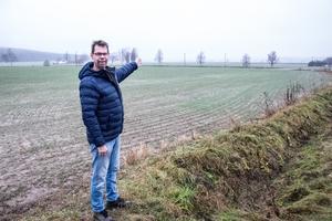 Cai Hedström pekar ut mot området där F1-banan planerades att bygga.