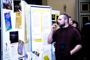 Christian Jeppesen tittar på en utställning av de fem gångna årens aktiviteter.