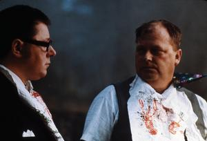 Kärleksparets pappor John (Bertil Nordström) och Lasse (Lennart Tellfelt) möts på en ödesdiger kräftskiva. Foto: Studio 25