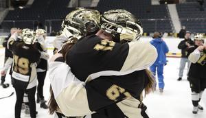 I 15 år har Sabina Küller spelat hockey i AIK. En av höjdpunkterna på karriären är SM-guldet 2013. Här i en omfamning med Michelle Löwenhielm efter segern mot Brynäs.