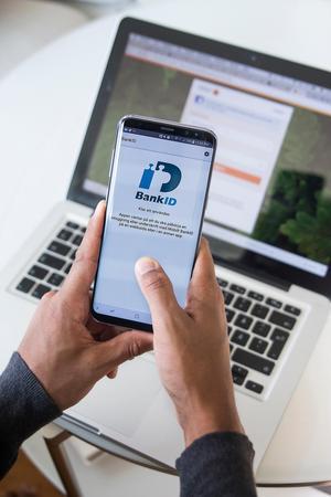 Bedragare brukar i regel hitta på anledningar varför kunden ska använda sitt BankID, sin bankdosa eller lämna ut sina koder.Foto: Isabell Hjman / TT