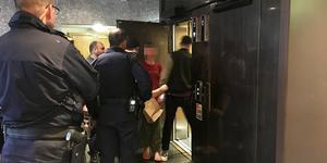 20-åringen förs in i hissen efter avslutad häktningsförhandling misstänkt för försök till mord.