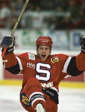 En bild från år 2002.  SSK:s Antti Törmänen jublar efter sitt 3-0-mål mot Modo Hockey. SSK vann matchen med 4-0.