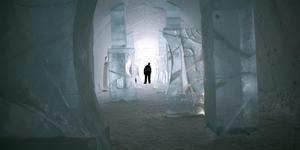 Magnifik sal med ispelare och kvinnoskulpturer gjorda av Lena Kriström. Bilden är från ishotellet i Jukkasjärvi årgång 2007. Pelarsalen utgjorde entré till ishotellet.Bild: Peter Kruger