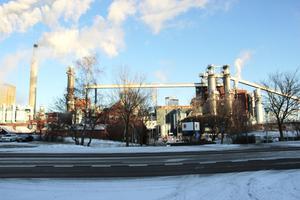 Det var här vid Stora Ensos fabrik i Skutskär som en chaufför hittades död 8 novmember. Mannen var på fabriken för att hämta tallolja.