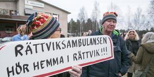 Plakat fanns det i mängder utanför vårdcentralen i Rättvik när ambulansen lämnade orten för knappt två år sedan. Snart är den tillbaka - sju dagar i veckan mellan klockan 8 och 18.