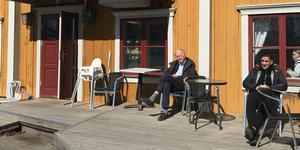 Har man tur att hitta lä värmer solen härligt. På Wendela Hebbes baksida fanns gott om sol vid mångad lunch.