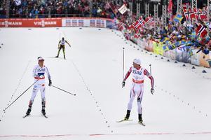 Calle Halfvarsson fick ge sig mot Petter Northug i spurten i herrstafetten. Foto: Anders Wiklund/TT