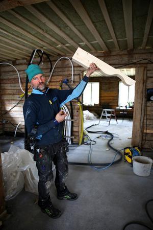Snickaren håller på och fixar 48 sådana här träbitar till takfoten.