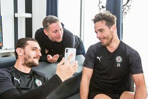 Agon Mehmeti umgås med ÖSK-managern Axel Kjäll och lagkaptenen Nordin Gerzic i omklädningsrummet under den västra läktaren på Behrn arena.