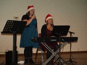 Svängbönorna, Sara Åström och Erika Sjödin från Själevad, underhöll med sång, pianospel och julquiz under PRO Bjästas medlemsmöte. Foto: Anders Nordin
