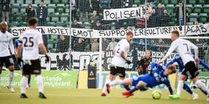 Mitt under andra halvlek tog sig ett antal personer bort mot Örebrosupportrarnas sektion och fansen