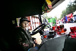 Unge Putte Näslund bakom ratten i hemmabygget från Kramfors.