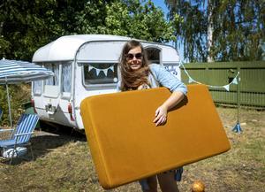 De här originaldynorna var omklädda med ett tyg från 1980-talet när Karolina köpte vagnen, men får nu synas igen.Foto: Stefan Jerrevång / TT
