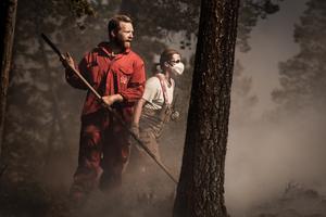 Bilden är från ett tillfälle då brandmän bekämpade branden på skjutfältet när den var som värst.