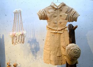 Klänningen av kaffefilter är tillverkad av Margit Lindholm – och en klänning av putspapper, tillverkad av Margareta Gustafsson, ingår i utställningens