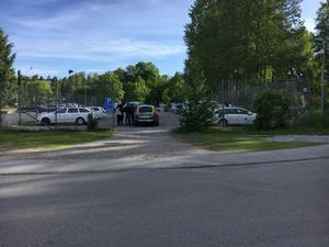 På den här parkeringen stod de drabbade hemtjänstfordonen. Foto: Polisen