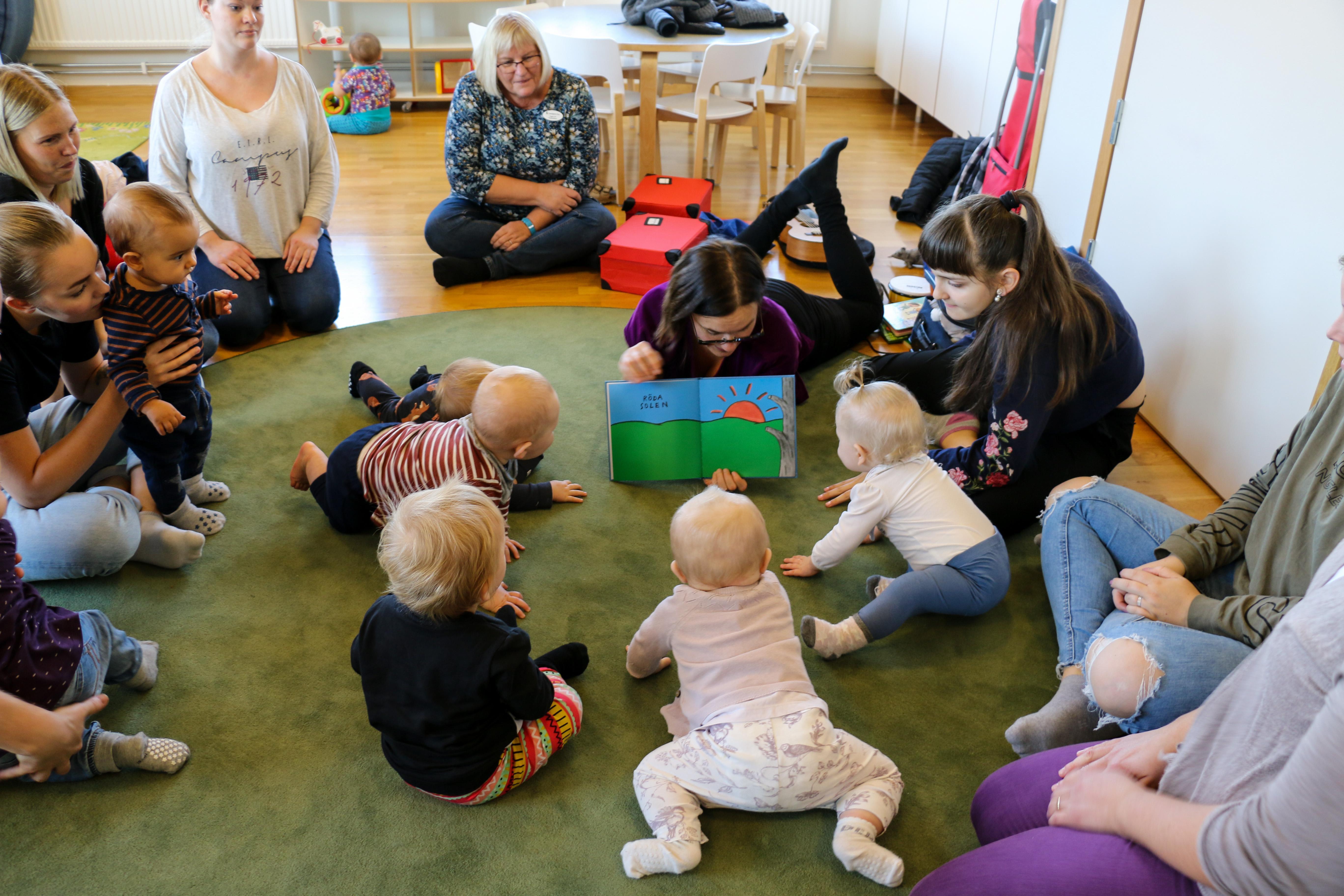 Med Babybokis vill sångpedagogen Ida Blomqvist ge föräldrarna inspiration till hur de kan läsa för riktigt små barn på ett sätt som gör att de tycker att det är spännande.