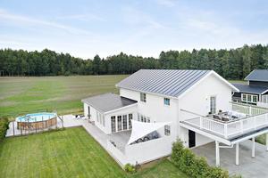 Foto: Karol Pustelnik. Etta i Örebro län och trea i Sverige. Nästan nya villan på Persikogatan 15 i Mellringe lockade till 12 144 klick.