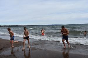 Elever och rektor var snabbt i vattnet och nästan lika snabbt upp igen.