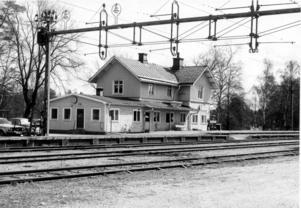 Under perioden 1940 till 1970 låg ett postkontor i Nykvarns stationshuset och på 1980-talet kom det till en frimärksklubb för barn. Det gamla 100-åriga stationshuset revs senare till många Nykvarnsbors sorg. I dag finns en väntkur vid perrongerna vid järnvägsspåren. Bild: Turinge-Taxinge hembygdsförening