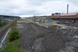 Om fyra år kan ett färdigt särskilt boende med 80 lägenheter stå på plats här vid Bangårdsgatan i Östersund.