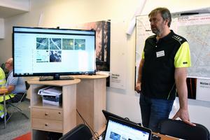 Christer Johansson, övningsledare, visar hur snabbt de kan få flygbilder till deras provisoriska situationsrum.