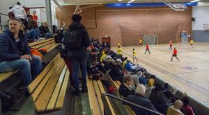 En del publik, men när de äldre ungdomarna spelar blir de ännu fler i publiken.