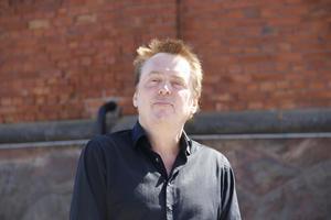 Tidigare Gävlebon Claes Olson är producent och en av initiativtagarna till den låt som The Pillisnorks feat. The Free Voices of Indie Sweden släpper idag i protest mot Migrationsverket och till stöd för Pussy Riot.