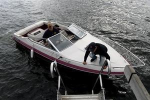 Följebåten med Emil Svensson och Nisse Sjöström lägger till för att plocka upp fotografen som inte ville simma med kameran till Draghällans fyr.