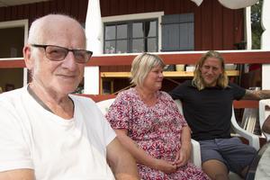 Olle Wedin,  Annelie Åkerblom och Johan Wedin är tre av de som blivit tvungna att lämna Kårböle på grund av skogsbränderna.