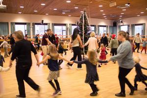 De lite äldre barnen samlades i den yttre ringen tillsammans med danssugna vuxna...