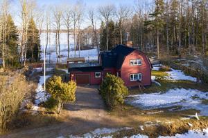 Detta vinterbonade fritidshus i By kyrkby kom på fjärde plats bland de mest klickade husen från Dalarna på Hemnet under förra veckan. Foto: Patrik Persson