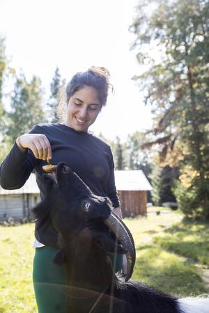 Razan Koj bjuder på svamp, och geten nappar på betet.