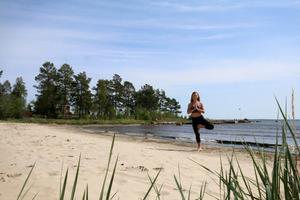 När Maya Lindh gick på scenskolan i London var yoga en del av undervisningen.