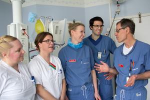 Delar av pilotprojektets specialteam som  under det senaste året har tagit hand om organ som tidigare inte kunde räddas. Från vänster: undersköterskorna Sophie Nordgren och Åsa Mell, operationssjuksköterskan Kristina Lindberg och läkarna Mattias Arbin och Stefan Ström. Sjukhuset i Västerås har deltagit i pilotprojekt med donationer efter hjärtdöd, något som tidigare inte varit möjligt i Sverige.
