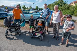 Familjerna Stenström gick ut för att kolla in folkfesten. Från vänster:  Tommy (med barnbarnet Lukas i vagnen), Anton, Fredrik (med sonen Max i vagnen), Yvonne och Oskar.