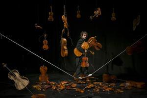 """Foto: Alexander Weibel Weibel """"Jag blandar cirkus och musik och skapar musiken live, samtidigt som jag gör cirkus"""", säger Alexander Weibel Weibel."""