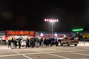 Klockan 23.37. Drifting och dans på biltaken. Hundratals unga träffas på parkeringarna i Birsta den här fredagskvällen.