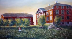 I dag vilar ateljén på den husgrund, som det stora huset till höger byggdes på. Rakt fram skymtar det hus, bryggstugan, där Ulla Mortimer bor och där den här pampiga tavlan målad av Lars Mortimer hänger.