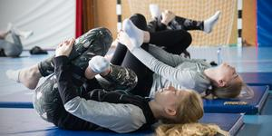 """Yogan är för elever i årskurs fem till nio. """"Även om det bara dyker upp 5-10 elever, så är de eleverna värda den här yogan"""", säger Theresia Rindeholm-Jensen. Här utför Ida Wigren och Lisa Öijvall yoga på Gäddgårdsskolan."""