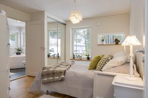 Ett av fyra sovrum.  Foto: Tobias Nykänen, Husfoto