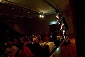 Premiär. Det var inte slutsålt, men ändå kändes det som att det var skapligt med folk på premiären på nya comedy-klubben i källaren på Folkets Hus. Zinat Pirzadeh var ett av dragplåstren.
