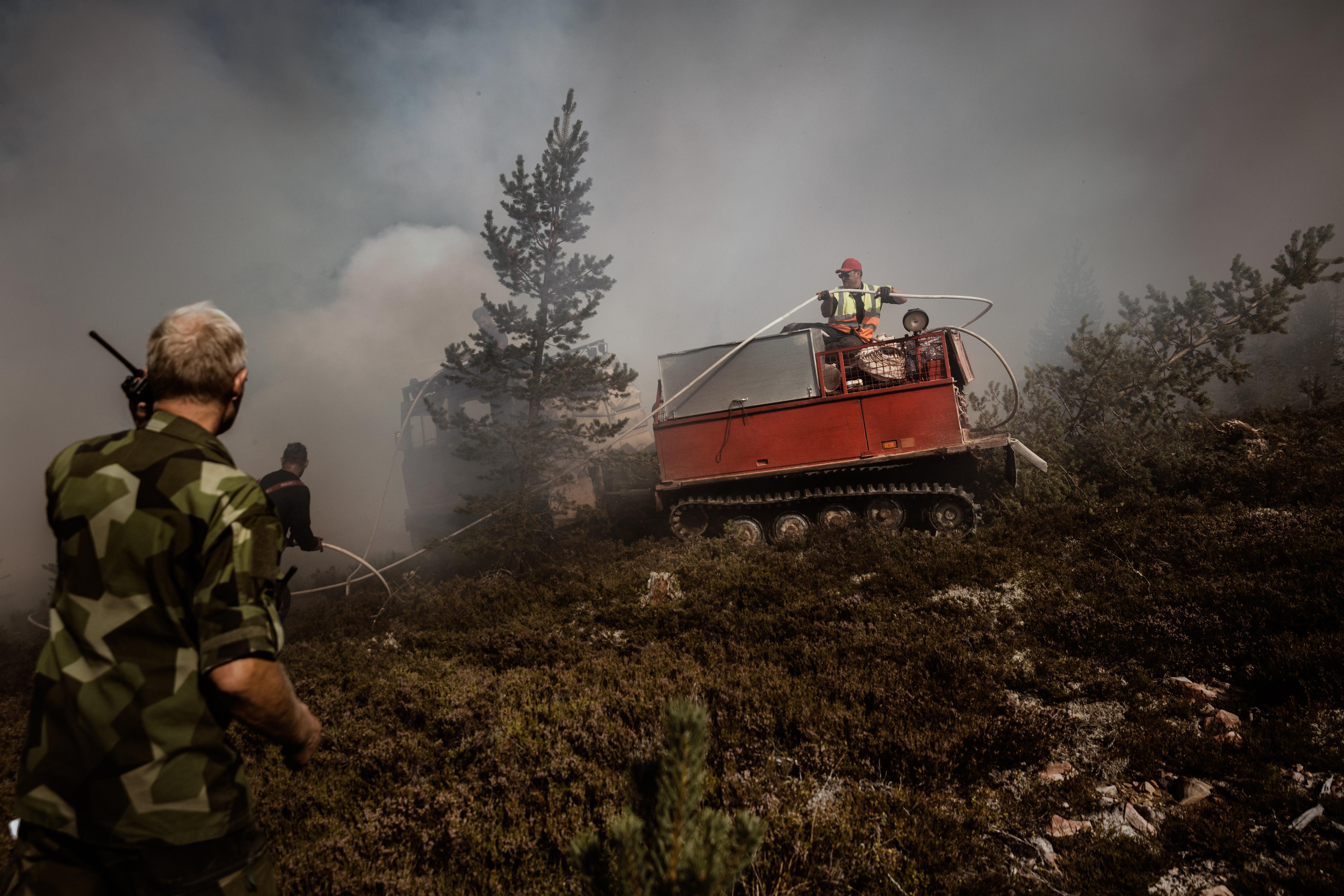 Ett reporterteam fick följa med till frontlinjen av branden på Älvdalens skjutfält när brandkaos plötsligt utbryter.
